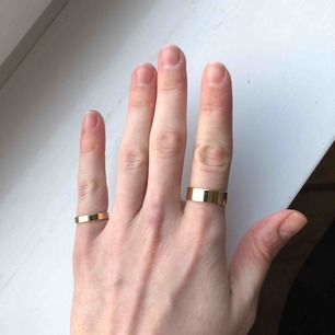 Två ringar i okänd metall. Använda men som nya.  Storlek: - Den minsta ringen är ca 15.5-16 - den större ringen är ca 17.5  Köparen står för frakt på 15kr.
