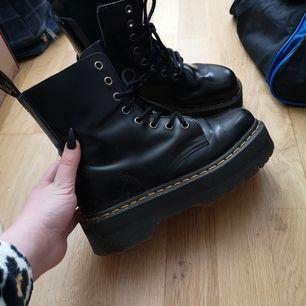 Dr. Martens Jadon skor. Finns i Skövde, fraktas ej. Fråga om mer info😄