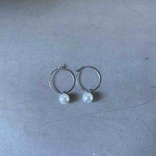 Jättesöta egengjorda örhängen! Frakt ingår i priset! Dom jag har på mig är mina egna örhängen, så du som köper får ett helt nytt par!🥰