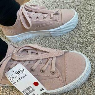 💗Rosa sneakers💗 Aldrig använda helt nya rosa sneakers från hm i st 37. Nypris: 250 men säljs för 60 köparen står för frakten