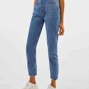 Snygga mom jeans från Bershka, använd Max 5 gr, har tyvärr vuxit ur dem. Buda💕💕