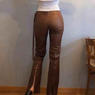 Vintage byxor (genuine lether) i toppskick! Säljer då jag inte får igen dragkedjan (har stl 36/38 i byxor, är 170cm lång). Läderfransarna kan användas som skärp (byxorna har hällor). Kan skicka bättre bilder på detaljerna bak vid intresse💕 +Frakt 50kr
