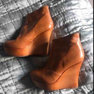 Coola skor i naturläder. Sulade så att de ej är hala under. Kostade ca 2000 nya på scorett. Använda två gånger