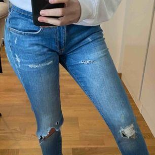 Ett par blå låg midjade jeans med slits fram och även där bak, säljer pga förstora i midjan på mig. Fraktar gärna men köparen står för frakten