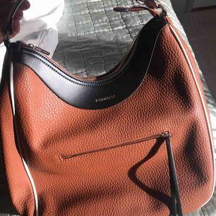 Väska från märket fiorelli. Nypris 700sek. Använd två gånger så nyskick