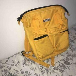 Snygg gul ryggsäck från märket dickies, köpte på Urban outfitters. Kommer ej till användning och är inte min stil längre. Kund står för frakten:)