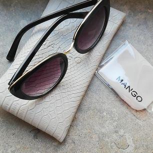 Sparsamt använda solglasögon från Mango med tillhörande etui och oanvänd putsduk. Frakt ingår i priset ✨