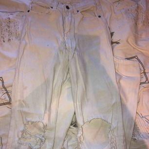 Sjukt sköna och snygga vita jeans med hål från dr demin. Köpta från en sellout. De har lite fläckar som nog går att få bort med typ vanish. Super strechiga så passa även S och liten M.
