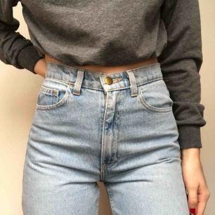 Superpoppis vintage jeans från american apparel! Storlek 26 som är typ XS/S/liten M! Riktigt bra kvalité på dessa! Pris kan diskuteras, möts i Sthlm eller fraktar mot kostnad! Skriv vid frågor!💙💙