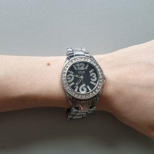 Super snygg silver klocka från One. Orginalpris 500kr. Säljer då den är för stor för mig. 19cm långt band. Fina stenar i och runt uret. Skriv för fler bilder<3 #klocka #silver #one