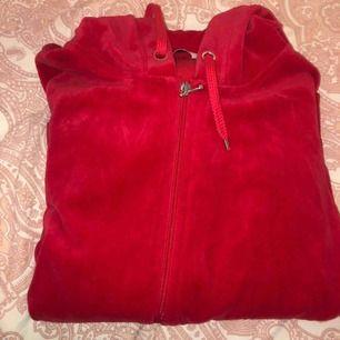 Röd velour kofta från Cubus säljer för 50kr i gott skick använd ca 3 gånger.