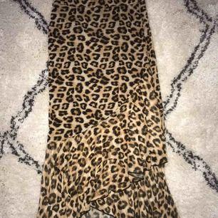 Leopard kjol från Nelly med volanger/omlott där nere. Storlek S. Använd endast en gång. 150kr