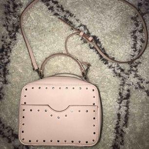 En rosa väska med silvriga detaljer från Zara. 75kr