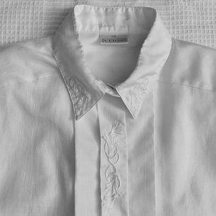 Världens sötaste skjorta! Den har små broderier på kragen och guldiga pärlknappar på manchetterna! Glansig! Frakt tillkommer 🌼