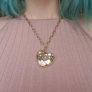 Guld kedja med guld hjärta som har super fina stenar i sig, fint skick och justerbar