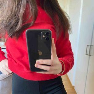 Röd sweatshirt köpt från nakd för ett halvår sen, storlek xss men sitter som en xs. Andvänd varsamt och säljer den då den inte passar mig längre 🥰