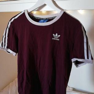 Sparsamt använd tröja från Adidas i vinrött. Köpt på Urban Outfitters i London. Lite skrynklig pga legat under en massa kläder men annars väldigt gott skick. Frakt ingår✨