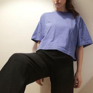 Blå/lila oversize t-shirt från Weekday i stl XS. Modellen heter Huge T-shirt. Använd några gånger och i fint skick. Frakt 42 kr.