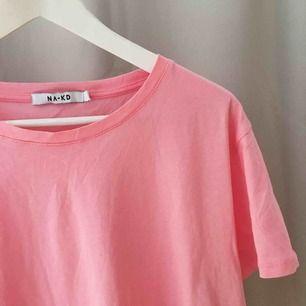 Basic rosa tisha från NAKD. Storlek S, finns att hämta i Stockholm annars betalar köparen för frakt!