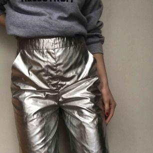 Sjukt häftiga metallic silver shorts från monki! Med dessa på rymdfesten så kommer du lätt vara snyggast ;) möts i Stockholm eller fraktar mot kostnad! Skriv vid frågor!✨🌌🌠