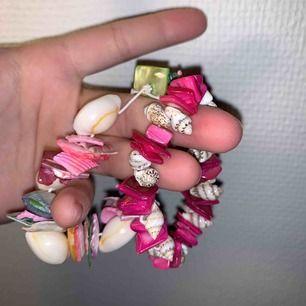 Trendiga smycken som man enkelt kan ta isär och skapa sitt egna unika armband/halsband. Snäckorna är superfina🤪 25kr/st eller båda för 40kr fri frakt!🤩