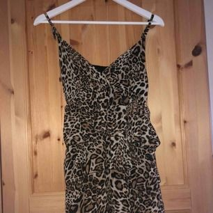 Jätte fin klänning ifrån Dimoda som har lappen kvar. Fick den i julklapp och är inte min stil så har inte används! Den är one size men passar xs-s, originell pris: 500kr💖 köpare står för frakten