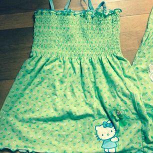 Supersöt pyjamas/loungewear i grönt med Hello Kitty. Märkt som M men borde funka på L också pga resår. Använt men fortf i fint skick. Priset är inkl vanlig frakt 🌸
