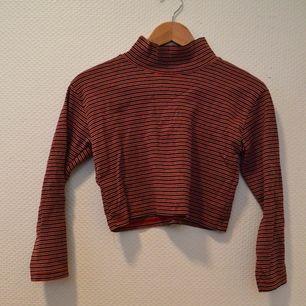 Snygg tröja från Beyond Retro, svart, röd, vitrandig. Frakt tillkommer