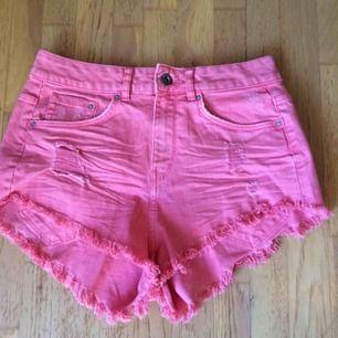Helt oanvända rosa jeansshorts med slitningar i stl 36. Priset är inkl vanlig frakt.