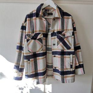 Säljer denna trendiga skjortjacka från Zara! Använd kanske 2 gånger! I borstat ull! 🌺 Superfin! Storlek M men passar S jättebra också! 🥰