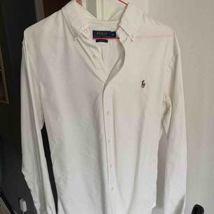 Skjorta jag använt 3 gånger så den är som ny. Den passar till alla stilar.