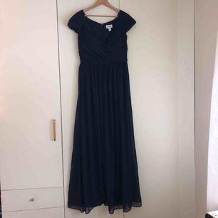 Marinblå maxiklänning, storlek 42 (kan passa 38-40), använd 1 gång till balen, 100% polyester, dragkedja i bak.   Orginalpriset är 899kr