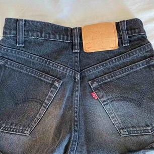 Svarta Levis short i modellen 505, märket där bak är nästan borta då dom blivit tvättade många gånger men själva shortsen är som nya. Kameran fångar inte upp färgen så det är bara o skriva om ni vill ha fler bilder :) köpare står för frakten