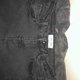 Mörkgråa jeans köpta från jfr. Korta i modellen med slitningar lägst ner på benen både fram och bak. Lite sönder (sista bilden) men annars bra skick!