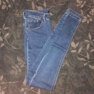 Blåa jeans från Bikbok. sällan använda, bra skick!💗