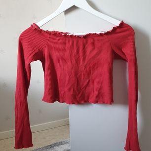 Säljer en fin röd off shoulder tröja från Cubus  ❤ använd 1-3 gånger,Köpaten står för frakt!😁