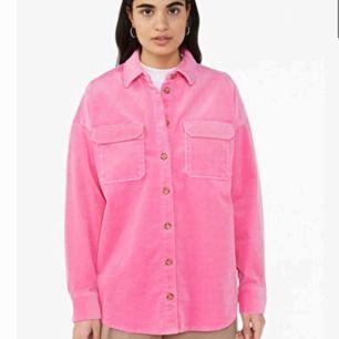 En snygg corduroy shirt i rosa. Köpt för 350kr, använd en gång. Säljer pågrund av för liten. Köp köp köp!!!💗💗💗