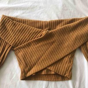 Snygg senapsgul topp/tröja från Fashionnova. Endast provad, säljer eftersom den var lite liten för mig. Jag är M och trodde den skulle sitta bra. Inga hål eller fläckar! 😊