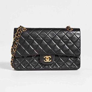 Selger en Chanel-veske i ekte skinn. Den vanligste størrelsen i medium! Sort og gull.