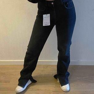 Helt nya jeans ifrån Pull & Bear! Liknar de populära jeansen från Zara. Säljs pga att de är för små för mig (passar bättre om du bär 34-36), hoppas de kan hitta en ny ägare! LEDANDE BUD: 360