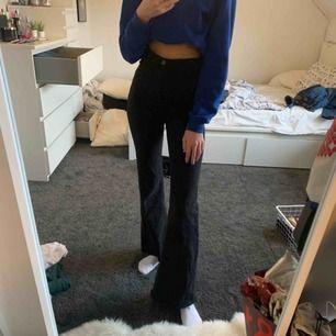 Svarta bootcut jeans ifrån Bershka, storlek 34 och passar mig som är 175cm☺️ köparen betalar frakt