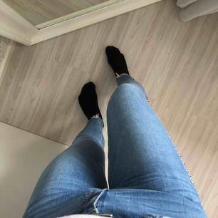 Säljer mina blåa jeans från Zara med nitar på längst benet. Nypris 449kr säljer för 300+frakt (60)