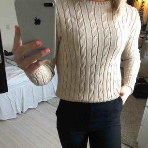 En kabelstickad Ralph Lauren tröja som jag köpt i USA. Storlek S och kommer inte till användning längre