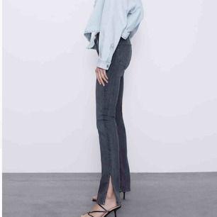 Super snygga moderna jeans, säljer pga kommer inte till någon användning. Helt oanvända så perfekt skick:) Frakt tillkommer