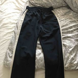 Jätte snygga marinblå byxor från Monki! Tajga i midjan men gå rakt neråt. Två lite tjockare vita sträck på båda sidorna ända från midjan till längst ned av byxorna. Säljer pga lite användning då jag redan har många byxor. Använd fåtal gånger