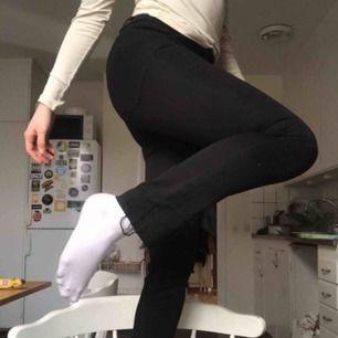 Svarta tighta jeans. Avklippta i längderna