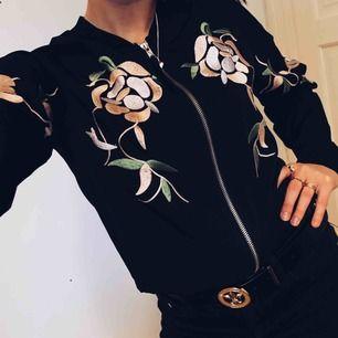 """Denna tunna """"jacka""""/ tröja är använd en gång efter att ha blivit inköpt från BikBok. Fint broderi på framsidan i form av blommor. Passar perfekt till fest eller vardag. Köparen står för frakten."""