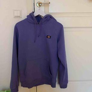 En lila hoodie ifrån dickies, använd max 3 gånger. Köpt på Carlings för 699kr 🌸kan mötas i Uppsala annars står köparen för frakt🌸