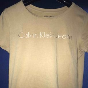 Beige Calvin Klein t shirt. Använd typ 2 gånger så i väldigt bra skick😊