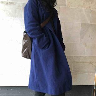 Extremt vacker och bekväm mörkblå kappa.  Perfekt för vintern, håller dig varm och elegant.